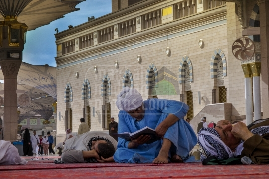 An old pilgrim reciting Qur'an