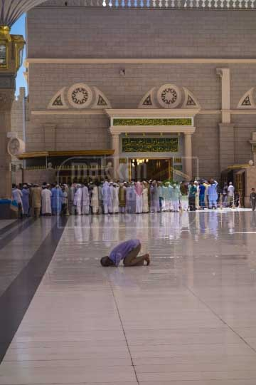Praying at bab Al-Baqee